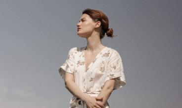 Vestido de flores elegancia femenina y frescor para el verano