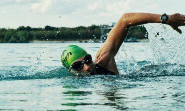 Aprende a nadar, mejora tu estilo y más rápido con un entrenador personal.